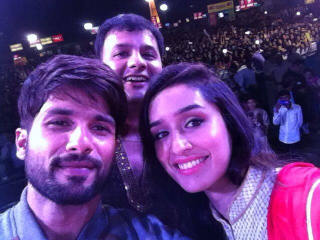 :: Crowd Selfie with Shahid And Shraddha ::   #mirchi983 #rockndhol #navratri