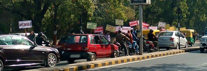 દિલવાલેનો વિરોધ અમદાવાદમાં?! આ ફોટો આજનો છે.   ચાલો ધંધે લાગો!  #Dilwale #boycott #amdavad