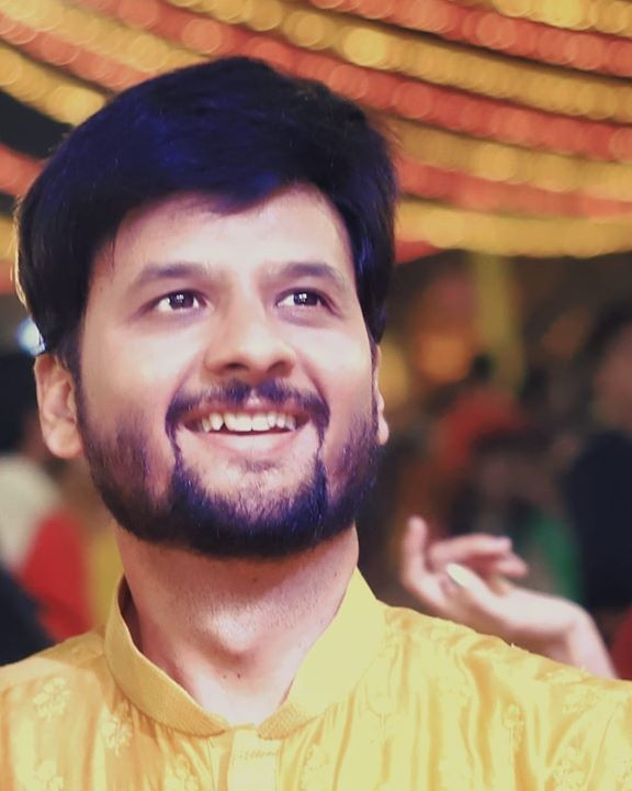 हमने उन आँखों में अक्सर झाँककर देखा 'शरीफ़' कोई शय मर्मूज़ इतनी इस क़दर गहरी नहीं.  #navratri #navratri2018 #garba #mirchirockndhol2018 #mirchirockndhol #hangover #flashback #flashbackfriday #yellow  Pic courtesy: @its_kishan_creation