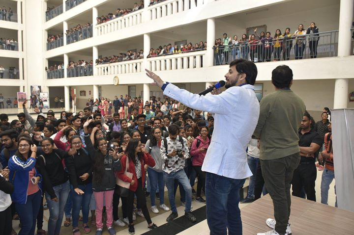 The next gen audience always gives me vivacious vibes and energy in abundance. Interacting with these Surti millennial was the same. Slaying it in style, these youngsters were great fun to connect with.  #Surat #Younsters #Youth #NextGenAudience