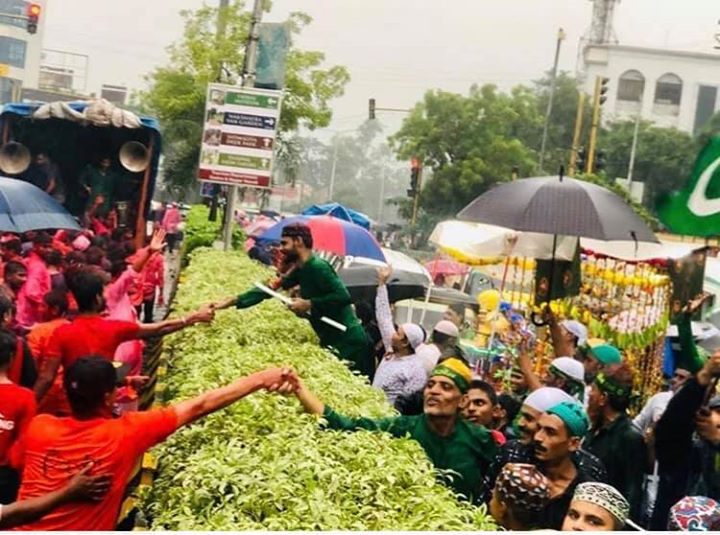 LOVED this Pic! What a click! I love my 🇮🇳 India 🇮🇳! . . Ganesh Chaturthi and Muharram processions briefly cross each other on either side of the road in Silvassa. Picture Courtesy: @ItsRaviD