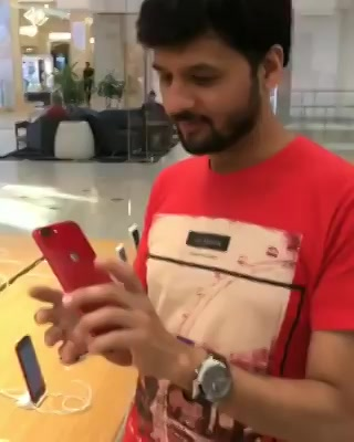 Red iphone at Apple store! #Googly Contest question in this video! જવાબ આપો અને જીતો રમકડાનો iphone ( In short કાંઈ નહીં મળે 😛) #dhvanitnigoogly #googly #dhvanit #applewatch #iphonered #iphone8plus #iphone #US #USdiaries #america #travel #traveldiaries #travelgram
