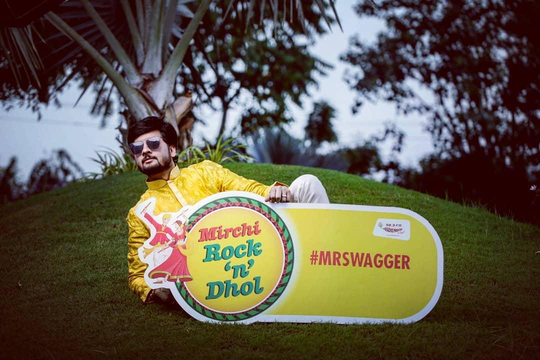 Swag se karenge #navratri2018 का स्वागत!  Pic courtesy: @dushyantravaldz  Outfit courtesy: @adani_creation @shashvat_19 Makeup: @bindiya_sachaniya @deepalidhingramakeovers @divya_beautician  #swag #swagseswagat #mrswagger #mirchirockndhol #mirchirockndhol2018 #navratri #garba