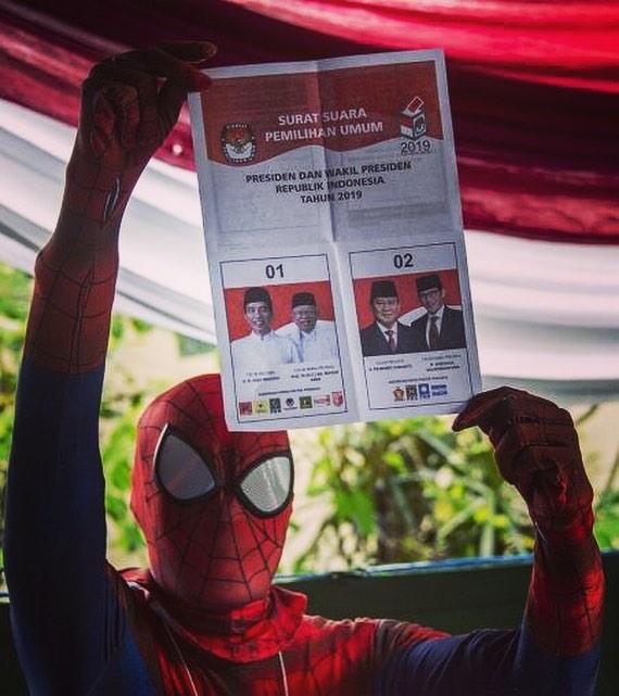 મતદાન મથકમાં સ્પાઈડરમેન!  What if you find Spider-Man inside the polling booth?! . . Absolutely loved the real Superheroes of Indonesian Elections.  Look at how the polling booth workers made the whole process such a celebration! . . Image Source: AP, AFP . . #pehlibaar #firsttime #firsttimevoters #elections