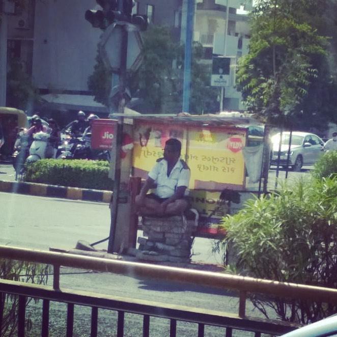 'છાંયડો કેટલા નો?' . . Share your thoughts on the picture. . . Pic courtesy📸: Nikita Parikh  #treeidiots