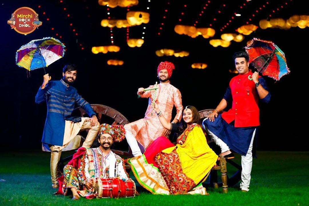 એ હાલો....!! . . Outfit: @adani_creation  @mirchi_rockndhol  @mirchigujarati