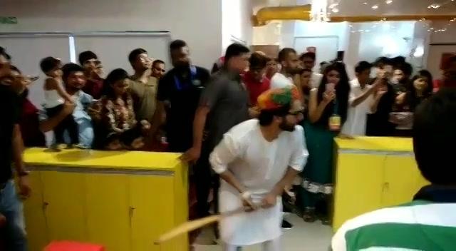 @varundvn @taapsee thanks for all the masti and madness at #mirchi Ahmedabad office. See you tonight at #mirchirockndhol  #navratri2017 #navratri #cricket