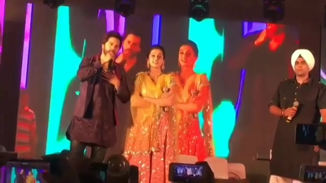 @varundvn and @taapsee thank you so much for coming over at #mirchirockndhol2017 in Ahmedabad. Missed you @jacquelinef143  #mirchirockndhol #navratri #navratri2017 #ahmedabad #amdavad #gujarat