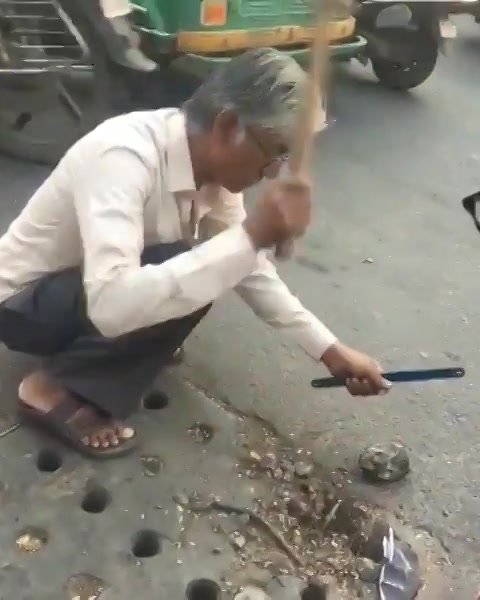 આ શું કરો છો?! Well, he just met with an accident due to a rod popping out of the drainage manhole. And he decided to cut the rod to ensure none else meets with an accident.  #humanityPrevails #humansofAhmedabad #nobility #amdavad #Ahmedabad