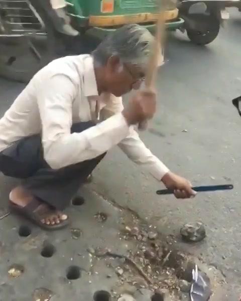 આ શું કરો છો?! Well, he just met with an accident due to a rod popping out of the drainage manhole. And he decided to cut the rod to ensure none else meets with an accident.  #humanityPrevails #humansofAhmedabad #nobility #amdavad #Ahmedabad