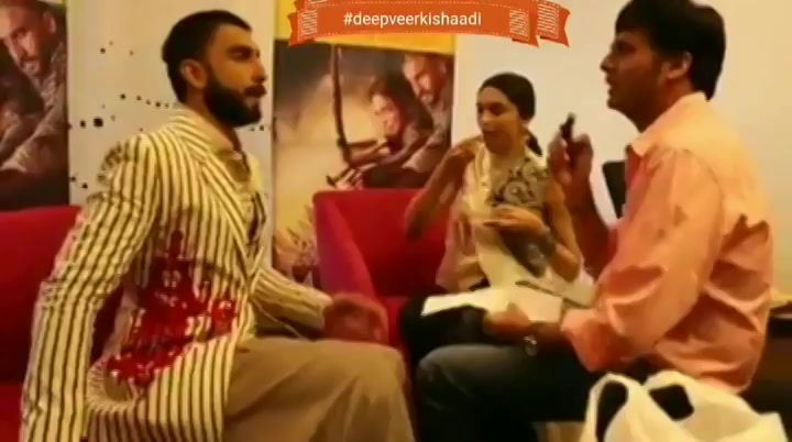 When @ranveersingh sang for @deepikapadukone.. Congratulations to the newly married couple! @RanveerOfficial @deepikapadukone #deepveerkishaadi #DeepikaWedsRanveer #DeepVeer #DeepikaRanveer #DeepikaPadukone #RanveerSingh #RanveerWedsDeepika #ThrowbackThursday https://t.co/MM0VxSQxKz
